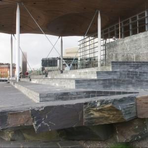 Здание Ассамблеи Уэльса в Кардиффе ... Массивные сланцевые блоки, сделанные из сланца Welsh Slate Cwt Y Bugail, защищают стены ...