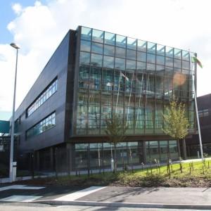 Здание правительства Уэльса ... Стены этого комплекса зданий облицованы сланцем Welsh Slate Penrhyn ... Welsh Assembly Government at Llandudno Junction