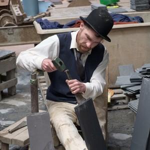 Производство кровельного сланца на протяжении тысячелетий - Это исключительно ручной труд. Да, современные технологии позволяют использовать машины для добычи камня в карьере, его доставке, производстве сланцевых блоков и даже для производства, колки камня на плитки ... Но руки мастера, его многолетний опыт заменить нельзя! Это очень тяжелый труд, требующий знаний и опыта   Кровельный сланец - Это камень, и качество этого камня играет основную роль. Тут много факторов, но основным является то, как были сформированы слои в сланце ... Чем они тоньше, равномернее, правильной формы, тем выше возможность сделать более тонкую, ровную, и главное большего размера сланцевую плитку ... В мире много сланца, но Королем сланцевых крыш был и остается валлийский Welsh Slate ... Сланец который по праву считается Эталоном, как качества, так и долговечности