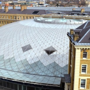 Вокзал Кингс-Кросс, Лондон, Англия - Крыша нового терминала и бордово серый сланец Penrhyn на крыше гостиницы и старого здания вокзала