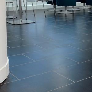 Сланец Welsh Slate можно мыть обычной бытовой химией, его часто выбирают в качестве напольной плитки для общественных мест, офисов, бизнес-центров